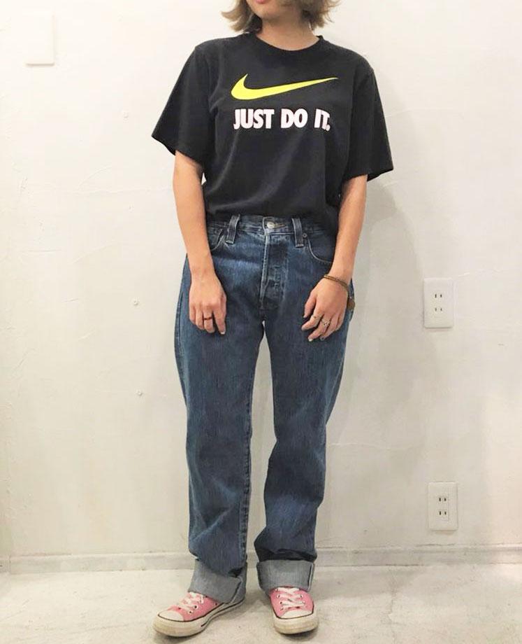 レディース:黒ロゴTシャツ×ストレートデニム