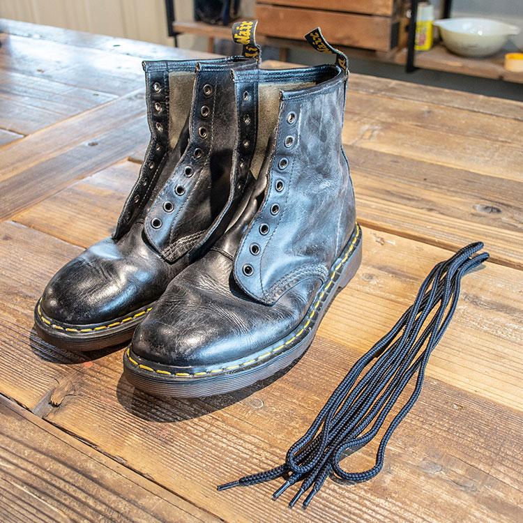 靴紐をほどいたブーツ
