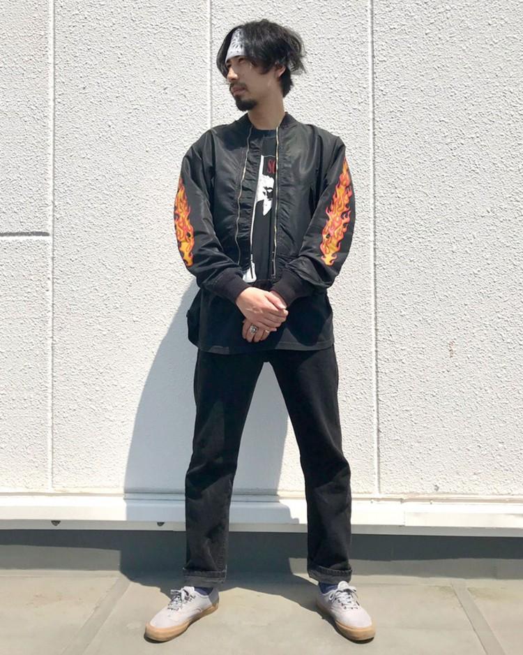 黒のナイロンジャケットコーデ