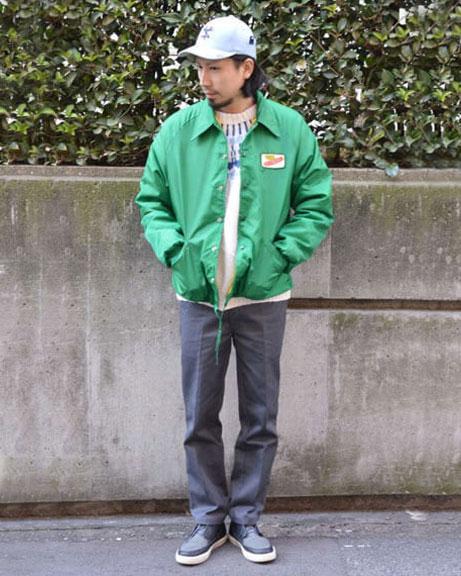 緑のナイロンジャケットコーデ